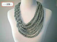 Este collar es el accesorio perfecto para cualquier época del año! Construido a partir de hebras de hilo de algodón gris de jersey del knit del dedo. El diseño asimétrico ofrece muchas maneras de usarlo, como se ve en las fotos. Medidas: El filamento de la parte inferior golpea aproximadamente 6 por debajo de la clavícula. Los principales medidas 1,75 de ancho de la trenza ----------------------------------------------- ¿Gusta este artículo, pero prefiero un diverso color, longitud, etc...