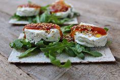 Tosta de queso con aceitunas y mermelada de tomate, un aperitivo tan fácil como delicioso.