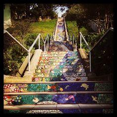 加州舊金山利用多色磁磚拼貼出華麗圖案,讓長到幾乎看不見盡頭的階梯更討喜! Photo: Courtesy of @kathrynclare