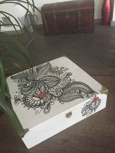 Scatola di legno decorata con acrilici