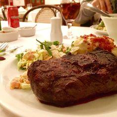 Bife uruguaio ponto+ 300g com salada uruguaia, batata pommos com gorgonzola, bacon e requeijão na parrilla! Parabéns! Nos surpreendeu no atendimento e qualidade. O El Uruguayo fica em Alphaville, é grande e bem decorado. O preço é no nível do Pobre Juan e o sabor é legítimo! Me senti em Montevideo! ❤️ #ixirango