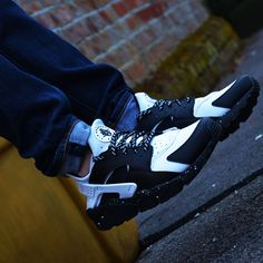 Another amazing pair of custom Huaraches. Nike iD delivers everytime. http://thesolesupplier.co.uk/closer-look/nike-air-huarache-id-on-foot-pt-4/