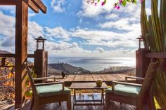 Appartement à Malibu, États-Unis. A delightful experience often compared with the French Riviera, incredible ocean views. Conveniently located only 23 miles from Los Angeles International Airport (LAX), 20 minutes from Santa Monica, seconds from gorgeous beaches and mountain hikes...