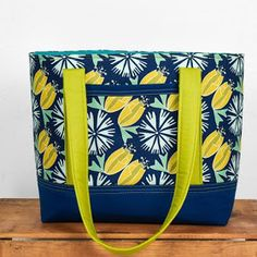 provided in the links. If any links are broken, we'd love to know; email us at Quilt Inspiration: quiltinspiration {at} gmail {dot} com. Quilted Tote Bags, Diy Tote Bag, Patchwork Bags, Duffle Bags, Sew Tote Bags, Messenger Bags, Diy Bags Patterns, Sewing Patterns Free, Free Sewing