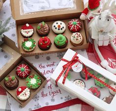 The most fabulous and impressive Christmas cupcakes, everything from adorable snowman to elegant snowflakes! Christmas Cupcakes Decoration, Christmas Cookies Gift, Holiday Cupcakes, Holiday Treats, Xmas Desserts, Christmas Deserts, Christmas Goodies, Christmas Ideas, Cupcake Gift