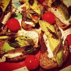 Hoy nos apetece un tentempié salado ¿qué os parece? #aguacate #cherry #mozzarella #orégano #albahaca