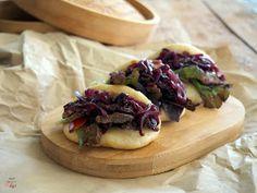 Gua Bao de cerdo marinado en salsa agridulce de soja y acompañadas de cebolla roja caramelizada