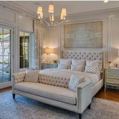 Прекрасная кровать с мягкой спинкой и диванчиком в тон