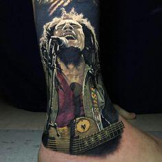 Bob Marley singing portrait, tattoo by Steve Butcher, an artist based in Auckland, New Zealand. Rasta Tattoo, Yogi Tattoo, Badass Tattoos, Tattoos For Guys, Steve Butcher Tattoo, Thigh Tattoo Men, Ankle Tattoos, Evolution Tattoo, Bob Marley Art
