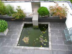 Ein Kleiner Von Mauern Umgebener Garten Wird Neu Gestaltet. Entwurf Für  Moderne Gärten Mit Rechtwinkliger Architektur, Wasserspiel Und Teichbecken.
