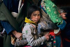 An Amdo girl waits in line with nomads to enter the Jokhang Palace, considered to be the most holy site in Tibet. photo by Steve McCurry Lhasa, Tibet, Steve Mccurry, We Are The World, People Around The World, Tibet, Vivre A New York, World Press Photo, Afghan Girl, Unity In Diversity, Flesh And Blood