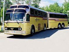 Setra Super Golden Eagle Die weitere Entwicklung Die Golden Eagle Busse boten einen 5-Sterne Luxus Service mit Hostess, Getränken, Snacks und anderen Annehmlichkeiten. Die dadurch ansteigende Popularität war mit ein Grund, die Entwicklung des Golden Eagle von einem Massenverkehrsmittel zu einem Luxus-Bus zu betreiben. Die gesamte 1957 gebaute Modellreihe wurde in verschiedenen Teilen des Landes eingesetzt, um die früheren Busse mit diesem Luxus-Bus zu ergänzen oder zu ersetzen.