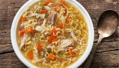 Easy Chicken Noodle Soup - Healthy Quick and Easy Soups Hot Soup Recipes, Roast Chicken Recipes, Ramen Recipes, Roasted Chicken, Easy Recipes, Top Recipes, Creamy Chicken, Lunch Recipes, Delicious Recipes