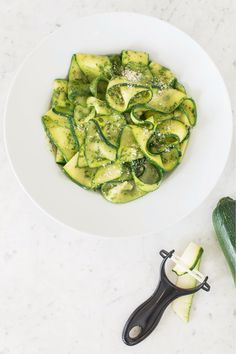 Serve with 2 cups mixed greens and 1 tbsp prepared Epicure dressing. Mozzarella, Pesto Zucchini Noodles, Epicure Recipes, Vegetarian Cheese, Recipe Collection, Recipe Using, Clean Eating, Yummy Food, Salad