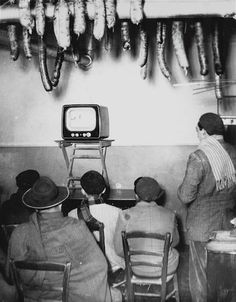 Italy. Davanti alla TV in un casale di campagna, (In front of a TV in a village house) Tuscany, 1954.