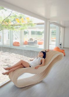 Karolina Ferenc is a young designer from Poland who recently created this chaise lounge, called Aeroply, designed to fit a woman's curves.