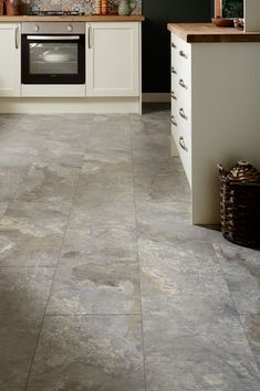 Grey slate vinyl tiles provide a beautiful contrast to the white matt kitchen cabinet door in the Allendale Antique White kitchen from The Shaker Collection by Howdens Joinery. Wooden worktops complete the shaker look. Best Flooring For Kitchen, Vinyl Flooring Kitchen, Kitchen Vinyl, Diy Flooring, Flooring Ideas, Kitchen Tile, Karndean Flooring, Life Kitchen, Shaker Kitchen