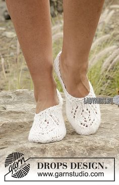 "DIY Slipper Knitting Patterns - DIY Slipper Knitting Patterns Snow Fairy – Knitted DROPS slippers with lace pattern in ""Nepal"". – Free pattern by DROPS Design Knitting Patterns Free, Free Knitting, Finger Knitting, Scarf Patterns, Knitting Machine, Stitch Patterns, Drops Design, Crochet Slippers, Double Crochet"