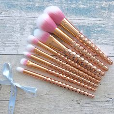 My gorgeous @beau.boxx rose gold brushes are gorgeous! They work well with my makeup and look amazing when I have my rainbow highlighter powder on them. Go check them out this set is £8!!