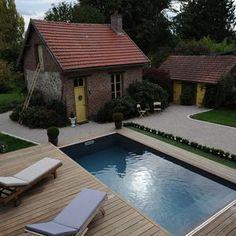 Une fois ouvert, le Rolling-Deck se fait complètement oublier en prenant son rôle de terrasse au bord de la piscine. Small Backyard Pools, Swimming Pools Backyard, Tavistock, Stone Houses, Pool Covers, Oise, Construction, House Design, Patio