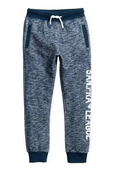 Shop fun, practical boys' clothes for ages 8 to 14 at H&M. Find boys' jeans, sweaters, t-shirts and more in a range of colours and fits. Cute Sweatpants, Boys Joggers, Mens Jogger Pants, Sports Trousers, Sport Pants, Teen Pants, Kids Pants, Mode Junior, Boys Clothes Style