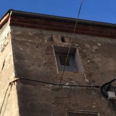 A pesar de ser un pueblo antiguo, puede ver algunas cosas modernas (líneas eléctricas)