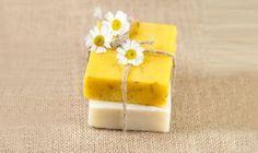 Os mostramos cómo hacer un jabón natural de manzanilla y caléndula; una suave pastilla de jabón de efecto calmante para pieles delicadas.