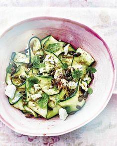 Cuisinez léger avec la salade de courgettes grillées accompagnées de feta et de menthe