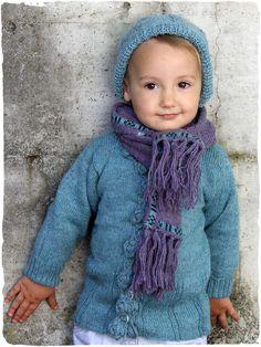 cardigan bambina morbido e raffinato in lana d'alpaca #cardigan #bambina in #lana d' #alpaca con scollo rotondo e #bottoni in #ceramica. Il bordino del #cardigan in #lana è ornato da #fiori all' #uncinetto.  www.lamamita.it/store/abbigliamento-invernale/1/maglioni-bimbi/cardigan-bambina
