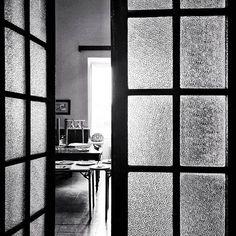 Ventanas A través de la geometría de las puertas ... #malta #places #lugares #urbanscenes #escenasurbanas #spring #primavera #monocromo #igersmadrid_bn #door #puerta #windows #HuaweiP20Pro @huaweimobileesp #snapseed