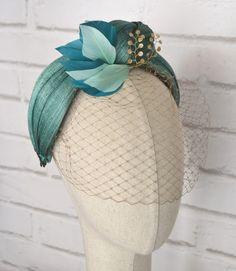 """Turbante Diadema de Sinamay Seda con Velo """"Asunción"""" - LOS TOCADOS DE ANAIDA Sombreros Fascinator, Fascinator Headband, Fascinators, Headpiece, Turbans, Fancy Hats, Hat Hairstyles, Fabric Jewelry, Hair Ornaments"""
