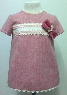 Vestido para bebe niña de espigas rosas adornado con cenefas beige bordadas, piquillo beige y lazo de terciopelo rosa. Ropa de bebe de MiBebesito totalmente personalizable. Ideal para regalos, nacimientos, cumpleaños...