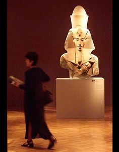 A bust of Akhenaten at the Art Institute of Chicago shows the long facial features characteristic of Marfan's syndrome.