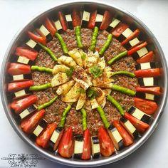 """787 Beğenme, 60 Yorum - Instagram'da ⚪ Zehra Şeyma Navruz (@zhrseyma): """"Gece gece herkes tatlı paylaşır bende en ağırından yemek.. Bütün sebzeler çiğden ama pişince…"""""""