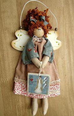 Anjo em tecido com cabeça, asa e plaquinha de madeira pintado à mão. Roupa com tecido importado e/ou nacional. R$ 69,00