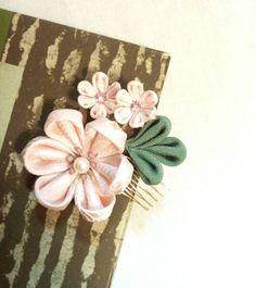 Tsumami kanzashi. Kanzashi flower. hair comb. por LittleTsumami