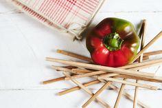 •Still life• il peperone made in Italy; Vi immaginate questa foto stampata su una tela e affissa in un ristorante?? Figa. La natura morta vista dagli occhi di Garage advertising #still life #garageadv #garageadvertising #peperoni #legno #rosso #verde #bianco
