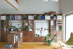 壁一面を使う スタッキングチェストや引き出しなどのパーツと組み合わせることで、見せる部分と機能性も両立した壁面収納に。大きな開口部には、アートや高さのあるグリーンも飾れます。壁一面を使う・家のかたちに合わせる - Stacking Shelf | Compact Life | 無印良品