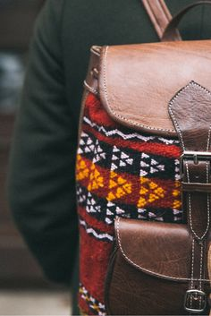 """Wenn Stoff und Leder sich perfekt ergänzen und etwas einzigartiges und individuelles herauskommt, dann sprechen wir von """"Tobias"""". Der Rucksack aus weichem, hochwertig verarbeitetem Ziegenleder ist durch einzelne Stoffpartien im angesagten Ethno-Look versehen worden. Gusti Leder - Tobias - Rucksack Lederrucksack Vintage"""