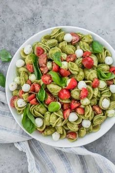 Caprese Pasta Salad with Pesto: The ultimate summer potluck dish, this caprese pasta salad is made with chunks of pearl mozarella, juicy cherry tomatoes and tossed in a bright pesto sauce! pasta salad Caprese Pasta Salad with Pesto Caprese Pasta Salad, Salade Caprese, Summer Pasta Salad, Plats Healthy, Healthy Snacks, Healthy Eating, Clean Eating, Vegetarian Recipes, Healthy Recipes