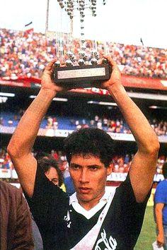 Bismarck levanta o troféu do Campeonato Brasileiro de 1989 no Morumbi.