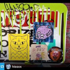 @hissxx.・・・Someone slapped together this family of cats  ft. me, @edapt @jawn_lion and an unknown little kitty  too adorable! Reposted picture by @degatur on twitter  #slaps #hiss #stickers #stickerart #catlife #slapups #streetart #art