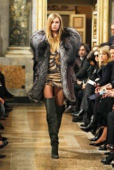 The complete Emilio Pucci Fall 2013 Ready-to-Wear fashion show now on Vogue Runway. Fur Fashion, Fashion Models, Winter Fashion, Fashion Show, Fashion Outfits, Emilio Pucci, Sexy Stiefel, Fabulous Furs, Hair