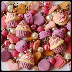 pulseira com macarons e cupcake de rosas e lavanda #jewelry #fake #sweet #cute #food #cupcake #macaron #heart #bracelet #pink #lilac