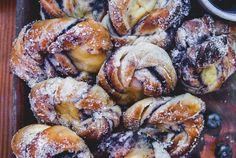 Lättbakade blåbärsbullar med vaniljkräm