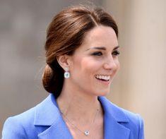 Kate Middleton alakja nem változott sokat, mióta Vilmos herceg felesége lett, pedig már 8 éve összeházasodtak és három gyermekük is született. A hercegné csodás alakjának és aktív életvitelének nyilván köze van az egészséges táplálkozáshoz. De vajon mit is eszik Katalin hercegné? Kövessük végig a reggelitől a vacsoráig! Elizabeth Ii, Olympia, Wimbledon, Gazpacho, Ceviche, Matcha, Kate Middleton, Diamond Earrings, Vilmos Herceg