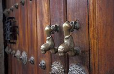 Knockers from doors of I La Antigua Guatemala pictures.Travel pictures. Photography gallery of La Antigua Guatemala, Fotografie Antigua, Fotos de aldabas de las puertas de La Antigua Guatemala, pictures, Photo of La Antigua. Travel Photography. Fotos de v