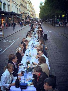 Dinner under Helsinki sky in Pohjoisesplanadi Street. The Event is organised by Yhteismaa ry and the photo is taken by Jaakko Blomberg