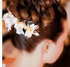 Tocados para novias | Las flores naturales y los peinados recogidos mas elaborados no requieren un velo
