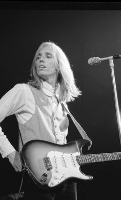 "Michael Zagaris photographed a young Tom Petty in 1979 for Rolling Stone magazine. He described Tom Petty and the Heartbreakers as ""young, energetic, and ready to take over the world. Tom Petty R. Tom Petty, Jane Benyo, Gary Clark Jr, Annie Clark, Roy Orbison, Twist And Shout, Music Photo, George Harrison, Bob Dylan"